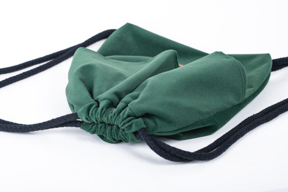 Plecak w kolorze zielonym z falbanką - detal.