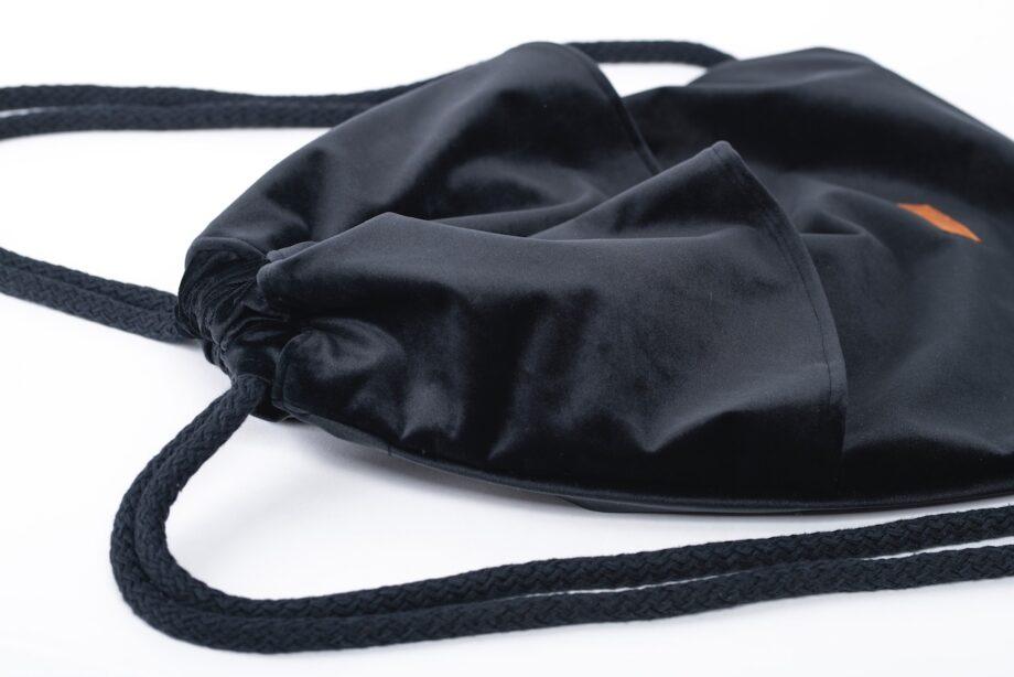 Plecak - worek, czarny z falbanką - detal.