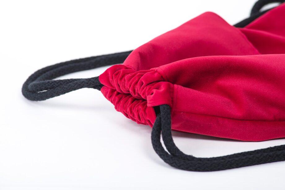 Plecak - worek, malinowy z falbanką - detal.