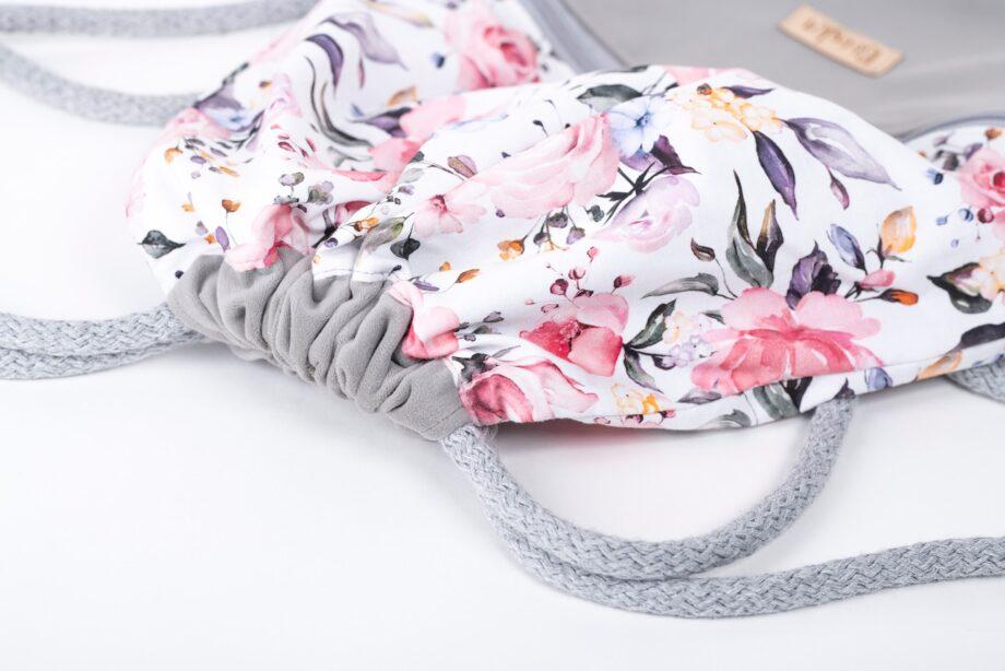 Plecak - worek, szary, w kwiaty, z falbanką - detal.