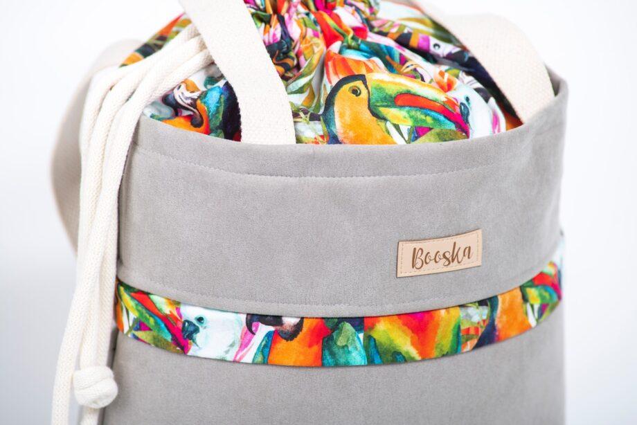 Torba - worek, z kieszenią, szara, kolorowe papugi - detal.