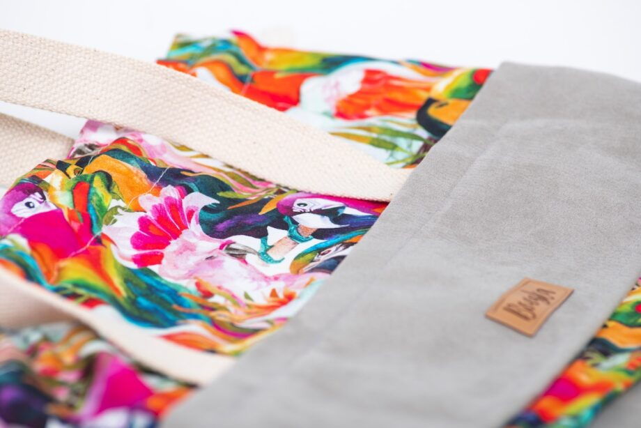 Torba - worek, szara, kolorowe papugi - detal.