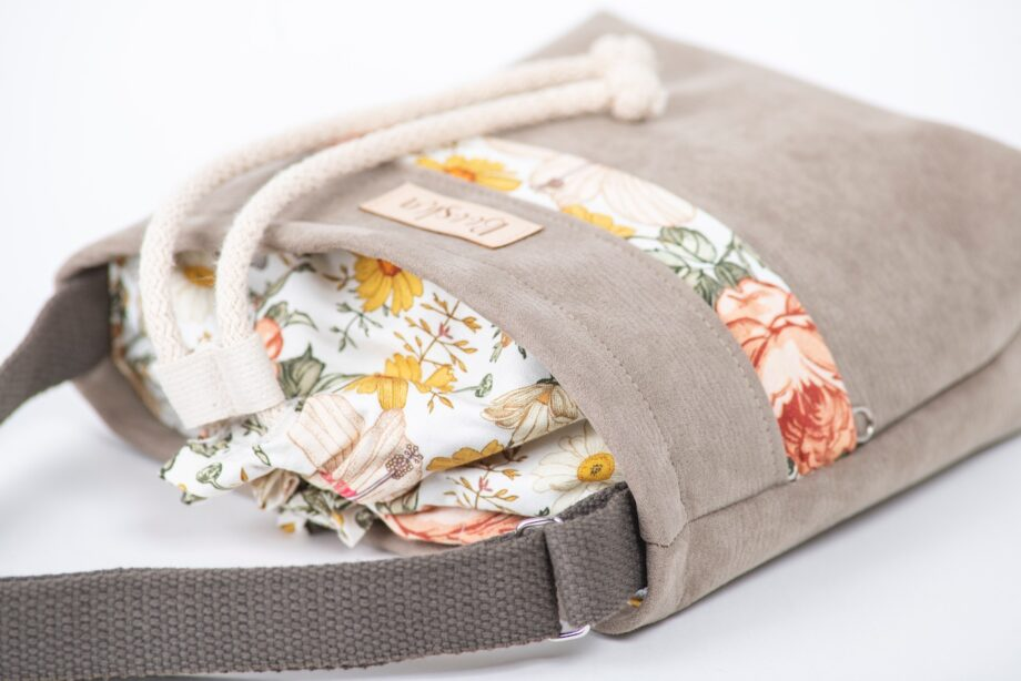 Mała torebka, z kieszenią, beżowa, wzór vintage - detal.