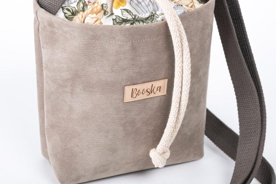 Mała torebka, beżowa, wzór vintage - detal.