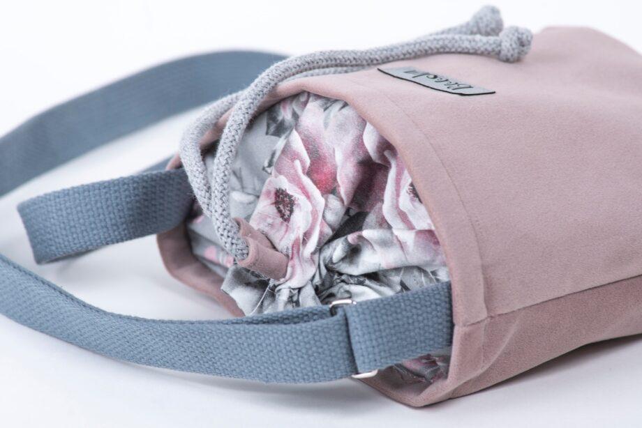 Mała torebka, pudrowy róż, kwiaty - detal.