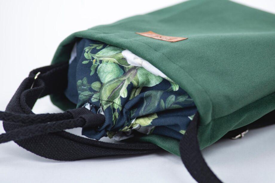 Mała torebka, butelkowa zieleń, kwiaty - detal.