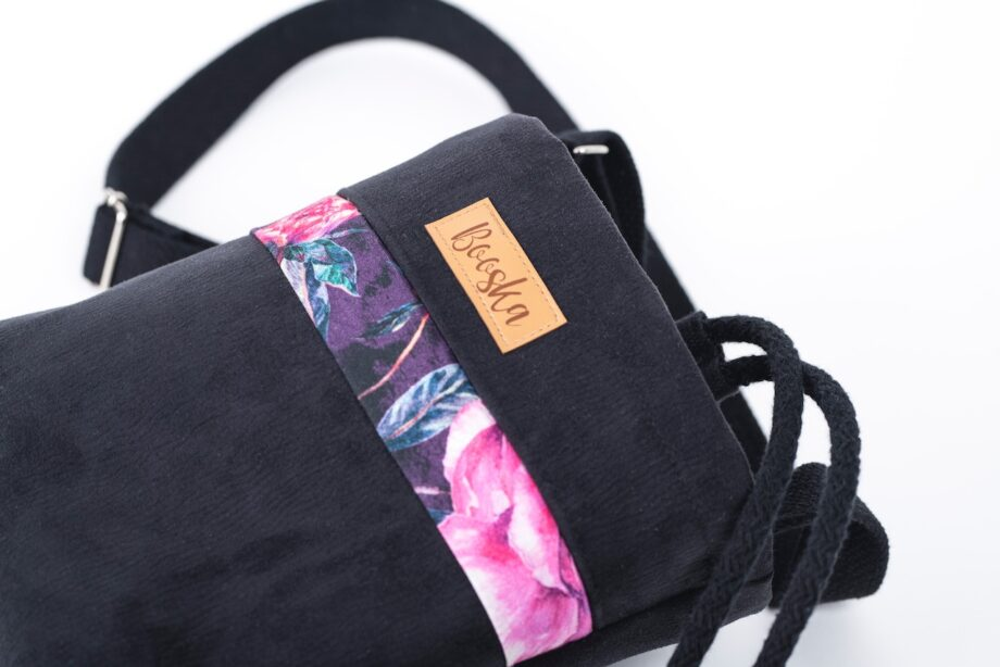 Mała torebka, z kieszenią, czarna, piwonie - detal.