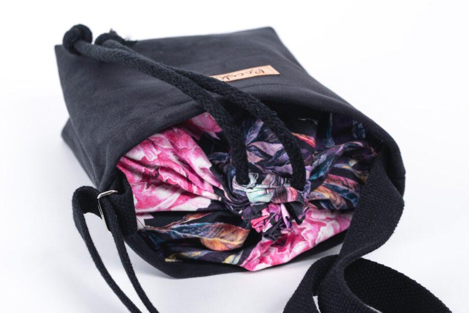 Mała torebka, czarna, piwonie - detal.