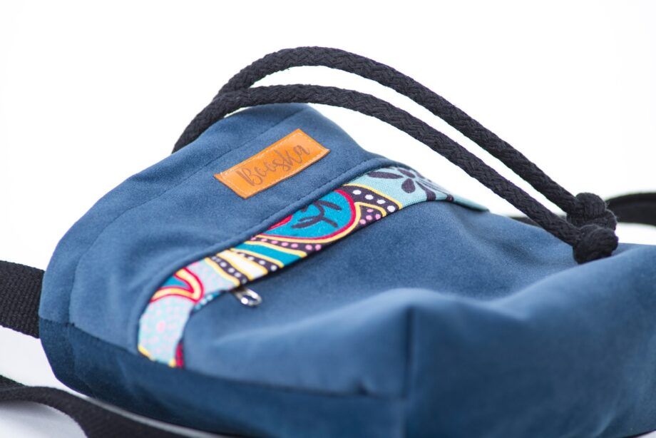 Mała torebka, z kieszenią, granatowa, orientalne kwiaty - detal.