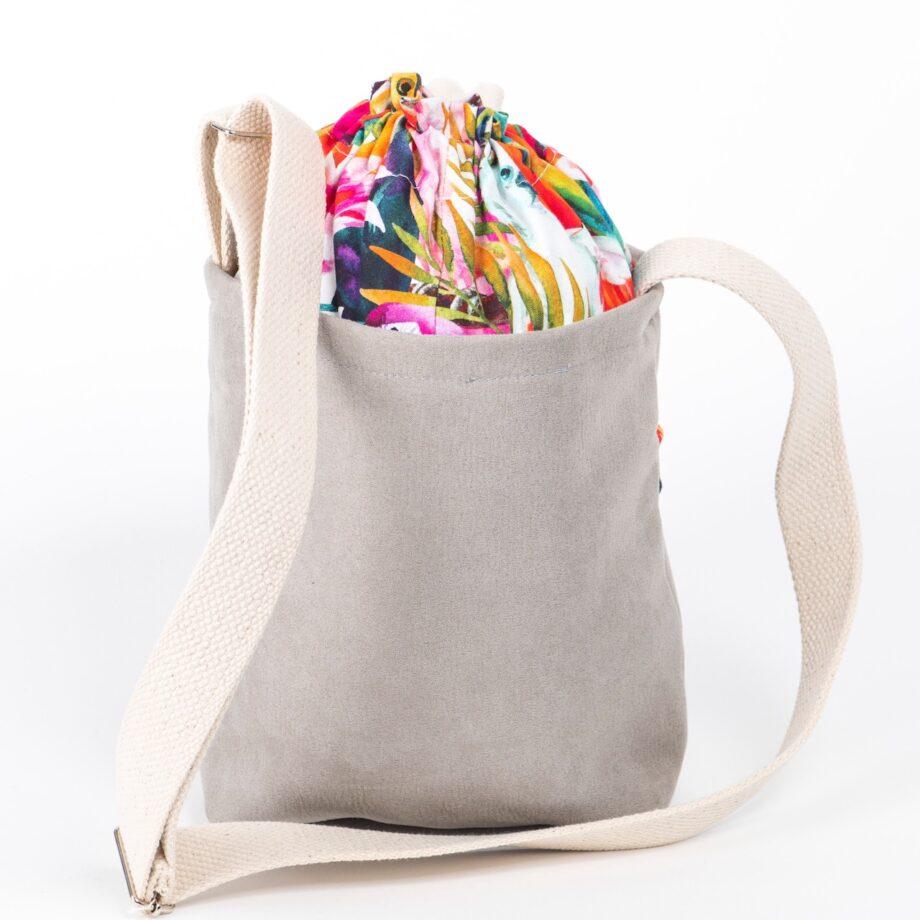 Mała torebka, szara, kolorowe papugi - tył.