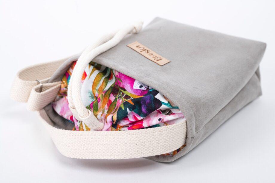 Mała torebka, szara, kolorowe papugi - detal.