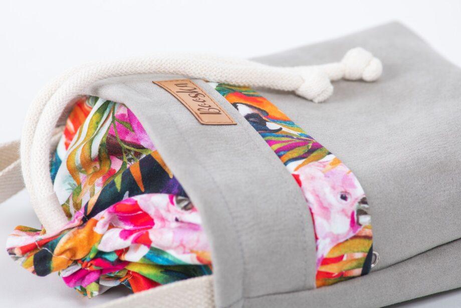 Mała torebka, z kieszenią, szara, kolorowe papugi - detal.