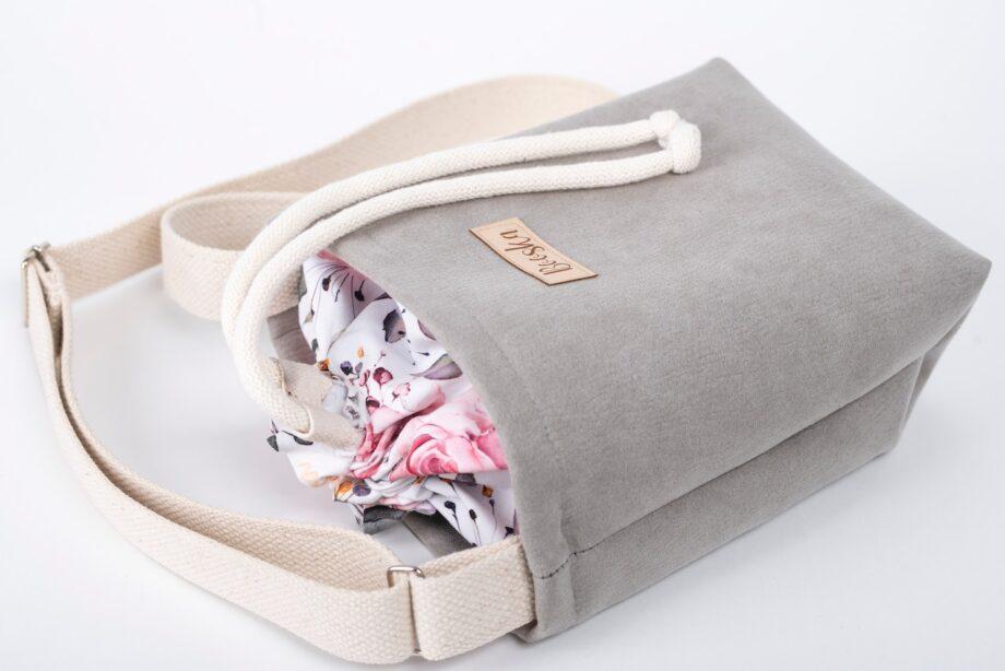 Mała torebka, szara, kolorowe kwiaty - detal.
