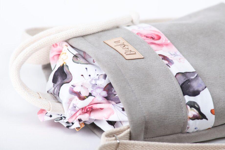 Mała torebka, z kieszenią, szara, kolorowe kwiaty - detal.