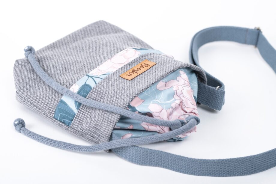 Mała torebka, z kieszenią, szara plecionka, piwonie - detal.